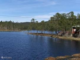Het vlakbij gelegen Radameer biedt een erg leuk strandje waar veilig gezwommen kan worden voor de kinderen. De vele meren en de grote klarälvenrivier bieden volop mogelijkheid tot vlotvaren, kanovaren,zwemmen en vissen.