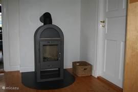 In de knusse woonkamer is het genieten bij het vuur van de warmte van de houtkachel. Ook in de wintermaanden bij -15 graden is het heerlijk warm in het huis met buiten een dik pak sneeuw.  Na een dag ski plezier kom je heerlijk bij bij de warmte van het knetterende vuur.