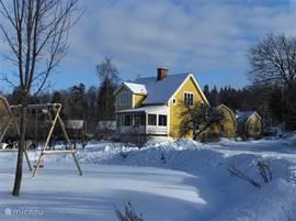Ons fijne vakantiehuis gehuld in een pak sneeuw. Geweldig veel sneeuwplezier voor jong en oud.