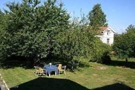 In de tuin onder de appel of kersenboom is het heerlijk luieren op de 2 aanwezige ligstoelen. Er is ook een extra tuintafel voor in de tuin. Een avondje lekker barbecuen in de tuin is genieten.  Voor kinderen is meer dan genoeg ruimte voor buitenspel.