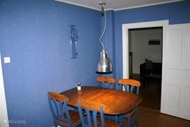 De gezellige blauwe eetkamer met uitschuifbare eettafel. Ruimte voor 6 tot 8 personen om aan te eten. Gezellig voor avondje spel of gourmetten.Deze kamer kan ook afgesloten worden, zodat hier op het slaapbankje geslapen kan worden.