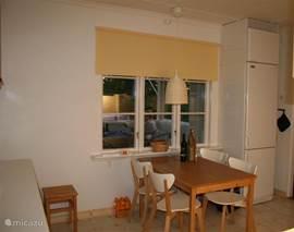 In de gezelligge keuken eethoek 4/5 personen. Mooi uitzicht op het zweedse landschap en prachtige kleurige avondlucht. Keuken is voorzien van alle gemakken: koelkast/vriezer, koffiezetapparaat, waterkoker, tosti-ijzer,gourmetstel. Schoonmaakmiddelen aanwezig.