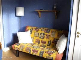 In de knusse blauwe eetkamer is het mogelijk om te slapen op de 2-persoons slaapbank. Kamer kan afgesloten van woonkamer en keuken. Kussens op bank aanwezig. Mogelijkheid het extra dekbed van de ouder slaapkamer hiervoor te gebruiken.