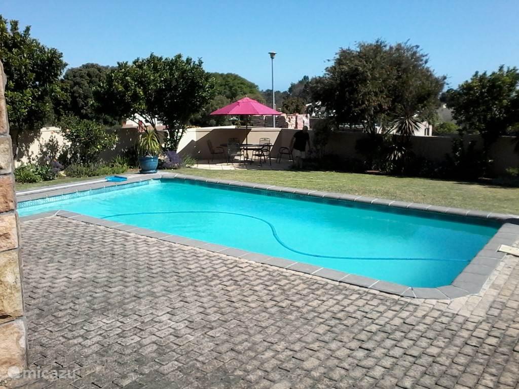 Prachtig zwembad gelgen midden in de tuin