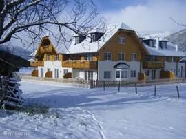 Gloednieuw (2008) appartementencomplex direkt aan de piste! Het appartement met hottub bevindt zich op de begane grond met uitzicht op de piste. De liften geven direct toegang tot het skigebied Aineck-Katschberg, onderdeel van het grote Lungo skiegebied.