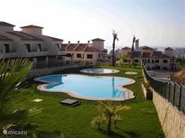 Het buitenzwembad voorzien van pierenbad voor de jongste gasten