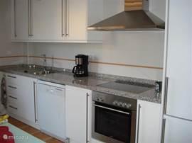 keuken voorzien van oven,vaatwasser,kookplaat,afzuigkap,grote koelkast met vriezer en aansluitend een ruime bijkeuken