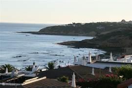 Uitzicht vanaf het dakterras, hier zie je hoe dichtbij de kust is.