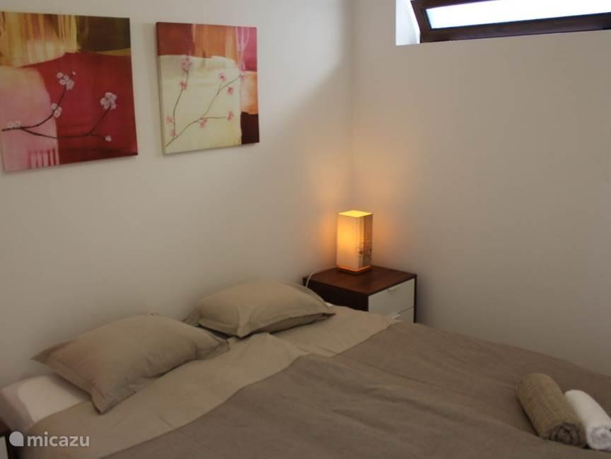 een van de twee slaapkamers, met tweepersoonsbed (kan op aanvraag uit elkaar worden gezet).