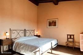 Romantische smeedijzeren bed in slaapkamer 2. Matras 200x200 cm