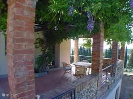 Terras met prachtig uitzicht over het Toscaanse landschap.Pergola overdekt met wysteriabladeren, dus heerlijk koel. Barbecue aanwezig.