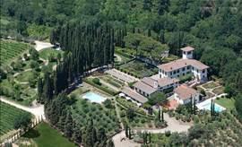 Luchtfoto van het landgoed Villa Licia nabij Florence. Uw zwembad links van het midden.