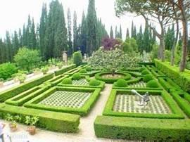 Overzicht van een van de originele tuinen van het landgoed. Lavendeltuin met buxushagen en Magnolia.  The Horse ,bronzen sculptuur van Karel Appel (eigenaar van Villa Licia tot 2000) op de voorgrond