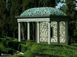 De secret garden van Villa Licia,Toscaanse tempel met open koperen bladerdak, vele fonteinen etc. Bekijk veel meer foto's op www.villalicia.com