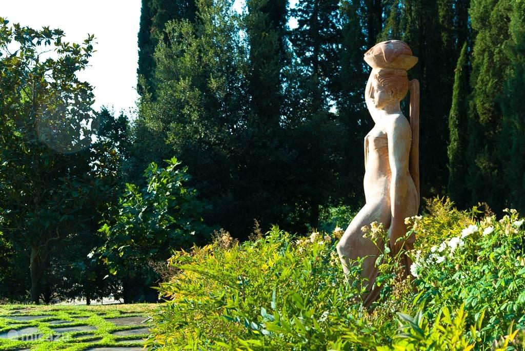Terracotta sculptuur van La Lavandaia ( de wasvrouw) bij het zwembad van Ateliers