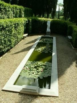 Stille  vijver met lelies in de secret garden van Villa Licia bekijk ook onze website www.villalicia.com voor veel meer foto's