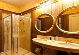 Grote badkamer 1 met dubbele wastafel, grote douche, toilet en bidet.  Sfeervol met marmer en notenhout.