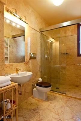 Ruime badkamer 2,  met royale douche, in marmer uitgevoerd.