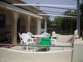 het terras zonder zonnescherm