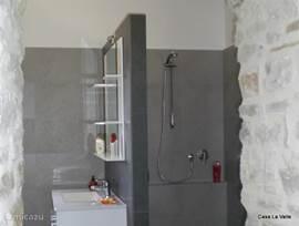 luxe badkamer met inloopdouche en bad