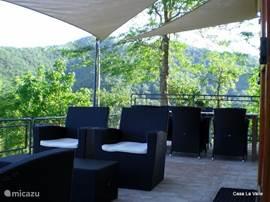 een heerlijk terras met barbecue, waar je 's avonds kunt genieten na een zonnige dag!