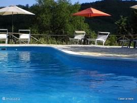privézwembad met inlooptrap, buitendouche en ligstoelen