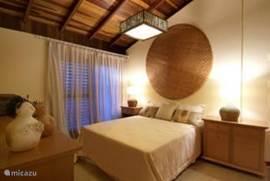 Master bedroom eerste verdieping incl. eigen badkamer en balkon met zeezicht!