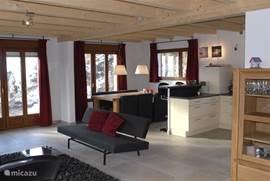 Moderne living met openslaande deuren naar het balcon en boventerras