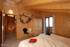 Master bedroom met toegang naar het bovenbalcon