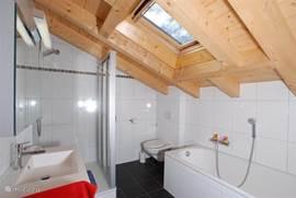 Moderne en ruime badkamer met douche, bad en wc