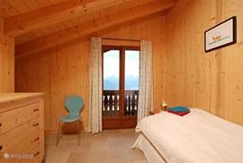 Slaapkamers  met openslaande deuren naar het bovenbalcon