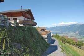 Tuin / terras van 25 x 6 mtr met panorama-uitzicht.