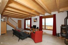 Sfeervolle living met toegang naar het grote balcon en boventerras