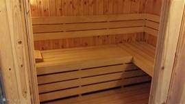 Onze nieuwe sauna kan tegen betaling worden bijgeboekt. Ruime buitensauna met electr.kachel. zeer comfortabel met daarbij een koud dompelvat, een koud stortbad via een emmer en een douchecabine(ook koud).