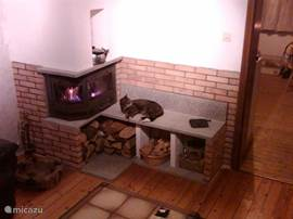 In de woonkamer staat ook een houthaard voor de koele avonden.
