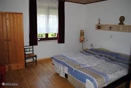 Ruime slaapkamer op de begane grond met gelbed en gelhaardje.