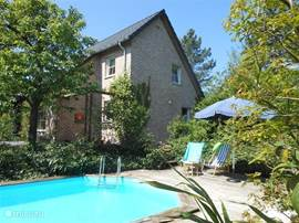 It is a comfortable house in green with private pool from mid-May to mid-September.