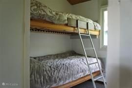 Slaapkamer 2 Twee bedden boven elkaar met nieuwe lattenbodems tot (100 kg) en nieuwe matrassen