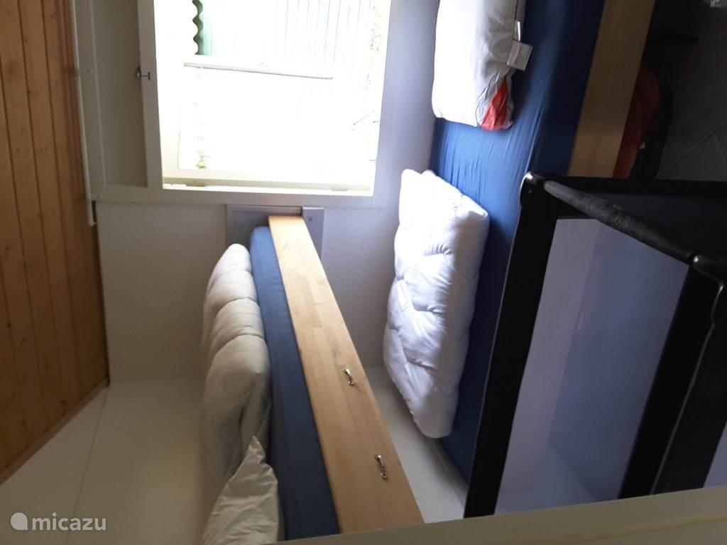 slaapkamer 3 Twee bedden gekruist geplaats waarvan een hoog is geplaatst, met nieuwe lattenbodems tot(130 kg)en nieuwe matrassen