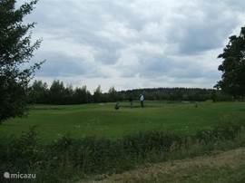 De golfbaan op 1 km van de bungalow waar u ook uw golf vaardigheids bewijs kan halen