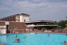 Het buitenzwembad op het park is in de zomer gratis te bezoeken en toegankelijk via de uitrijkaart zodat er alleen gasten van het park er gebruik van kunnen maken