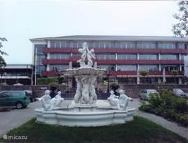 Entree van het park De Hunzebergen met het hoofdgebouw met daarin het restaurant,wellness,binnezwembad,bolingbaan/bar