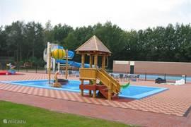 Het kinderbad van het park met glijbaan voor de kleuters