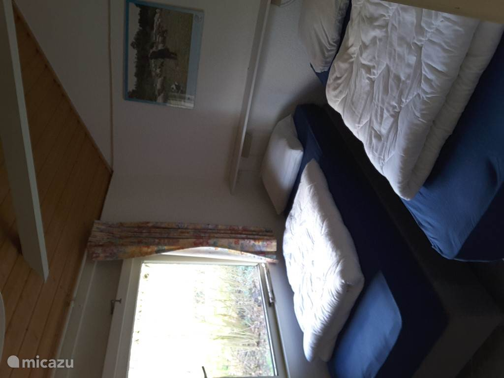 Slaapkamer 1 uitgevoerd met twee nieuwe  boxspringbedden en dekbedden