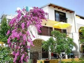Op schiereiland Ciovo bij Trogir, 50m vd Adriatische Zee, ligt op de beneden etage  sfeervol app met groot balkon. Uitzicht over zee en eilanden.Priveparking.Rotsachtige kust met aangelegde ligplateaus,kiezelstrand vlakbij. Veel te zien in de omgeving.