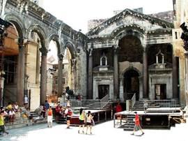 Peristil met openlucht theater in Split