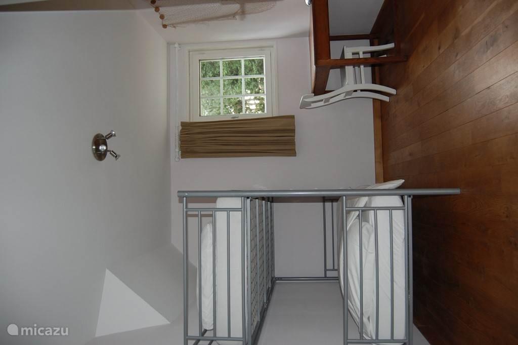 Ruime slaapkamer (12m2) met stapelbed voor 2 personen.