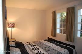 Ruime slaapkamer met 2 persoonsbed (begane grond). Op de begane grond bevindt zich tevens een badkamer.