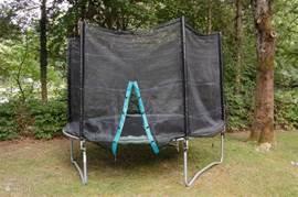 In de tuin bevindt zich een trampoline (240 cm) met veiligheidsnet.