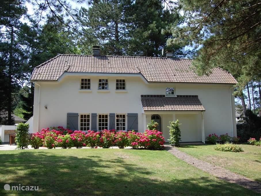 Villa Aloisa ontvangt u graag gedurende het gehele jaar. Voor vragen kunt u altijd contact met ons opnemen.